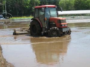 4月に代かき。土と水をよく混ぜてお米のベットを作ります。